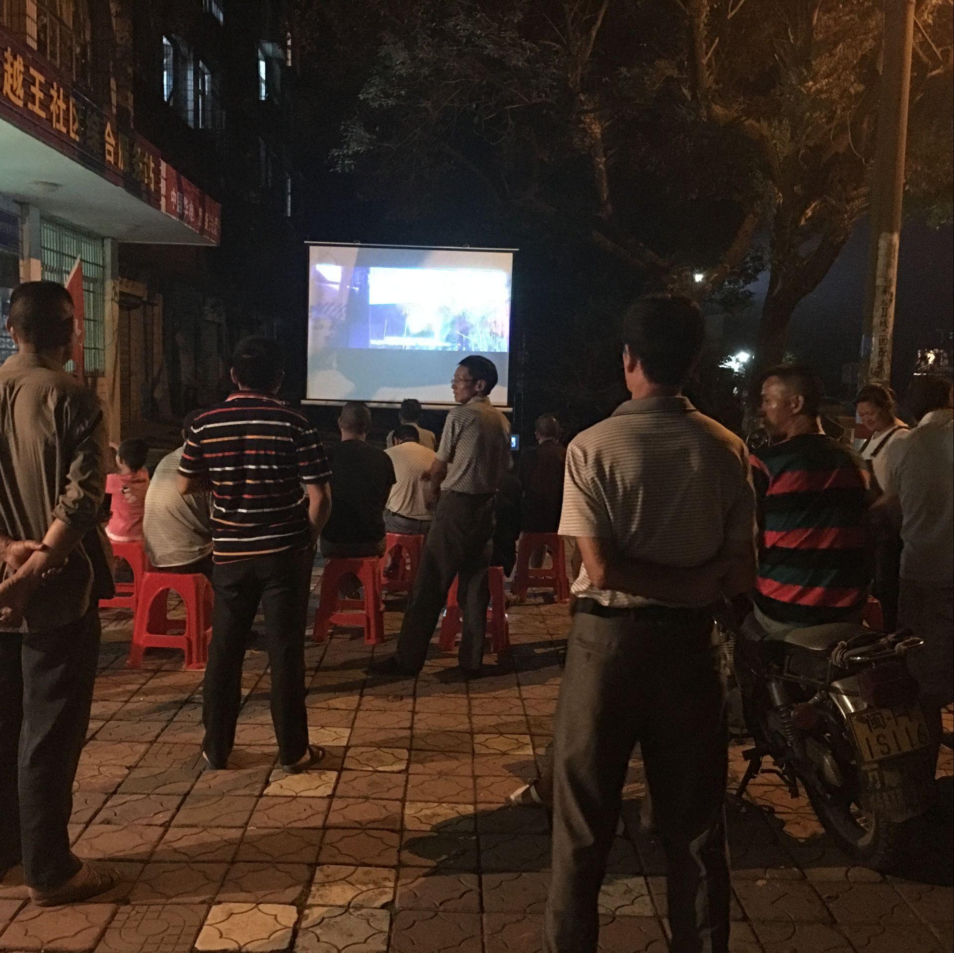 迎国庆放电影  居民共享文化大餐