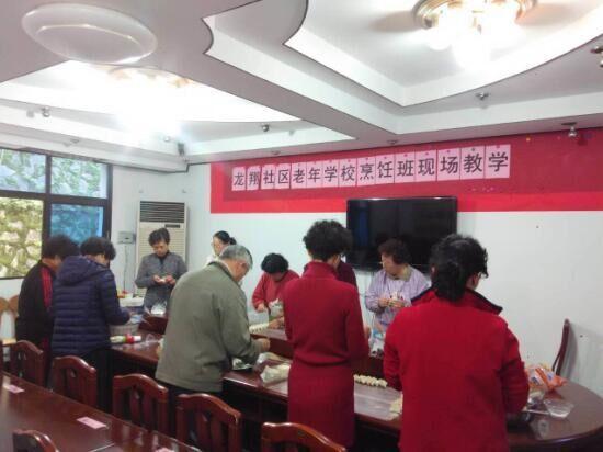 龙翔社区老年学校烹饪班现场教学
